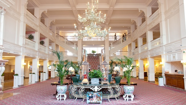 From charles de gaulle airport cdg to hotel disneyland for Interieur hotel disney